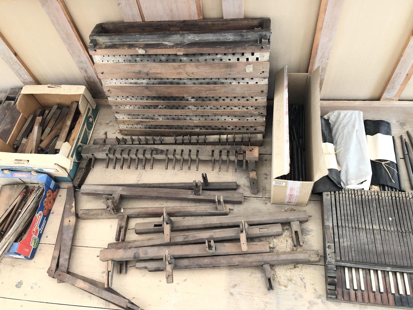 Pozůstatky varhan před zahájením rekonstrukce